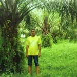 En Mohd Nasir di kebun sawit beliau